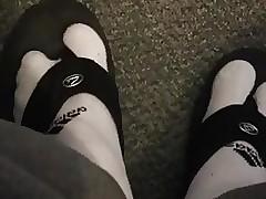 Brincando com o chinelo usando meias Adidas brancas